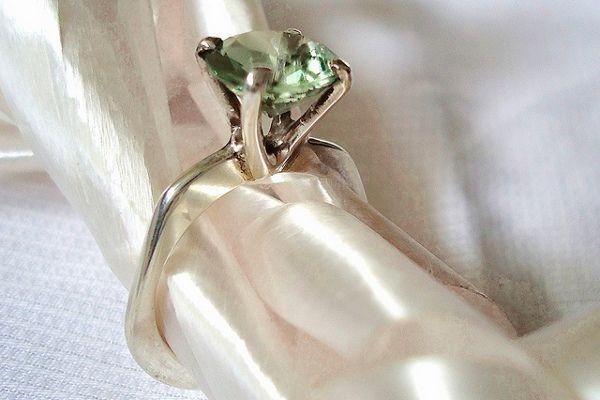 Topnotch Pierścionek zaręczynowy z zielonym kamieniem. Zielone kamienie PD79
