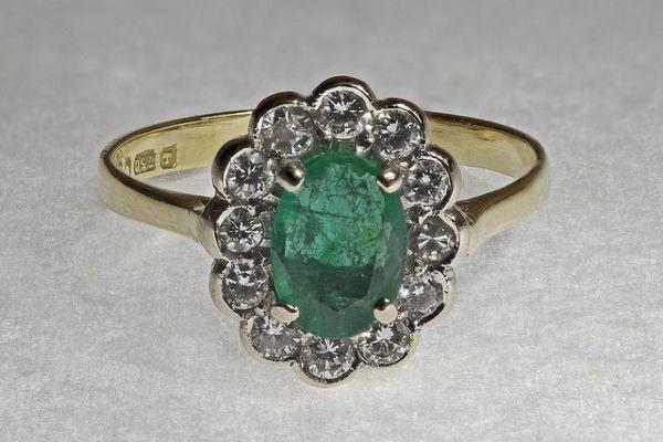 Młodzieńczy Pierścionek zaręczynowy z zielonym kamieniem. Zielone kamienie XR06